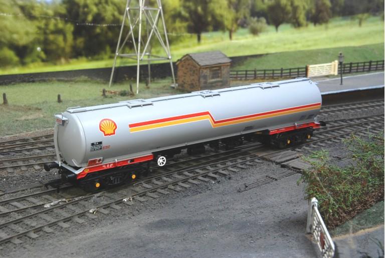 Shell 100 Ton TEA Bogie Tank Wagon 38-110 Bachmann